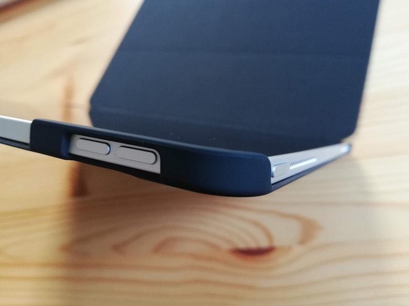ESRのiPad Pro12.9専用ケース(マット・ブラック)の装着した電源と音量ボタン