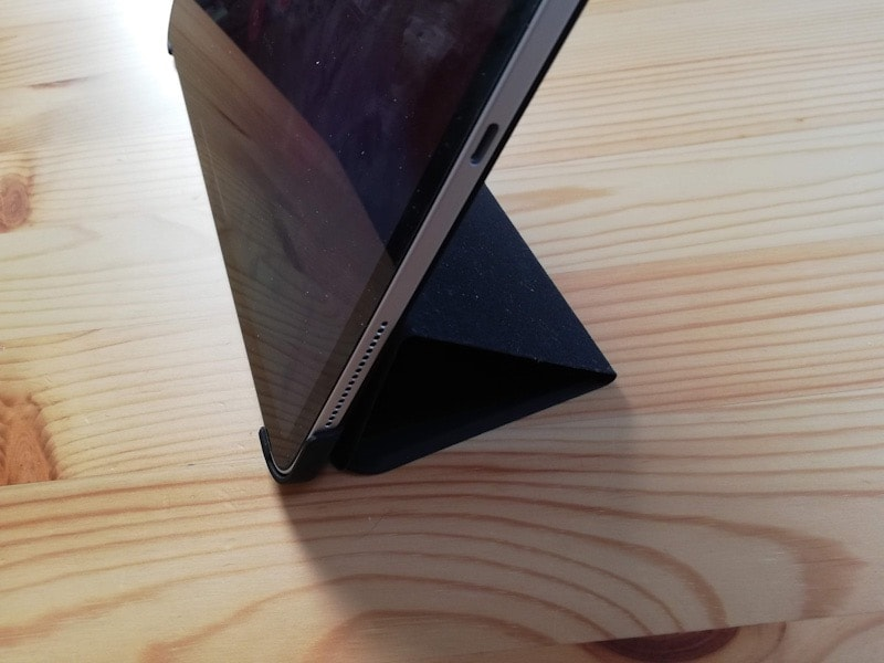 ESRのiPad Pro12.9専用ケース(マット・ブラック)を立てる