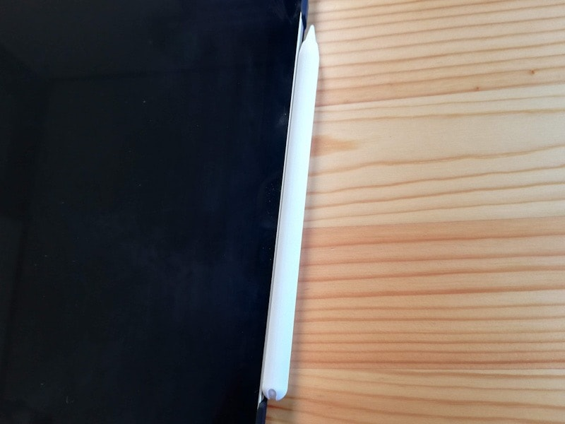 ESRのiPad Pro12.9専用ケース(マット・ブラック)とApple Pencilの充電