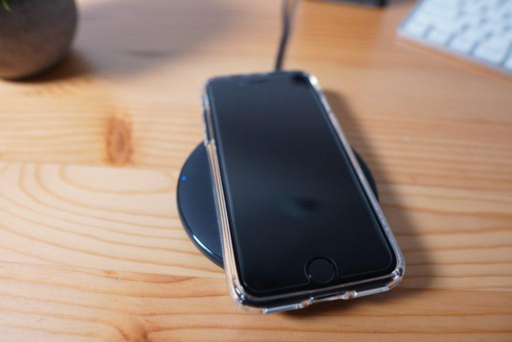 iPhone SE(第2世代)のSpigenのケースをつけてワイヤレス充電