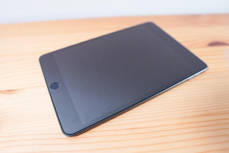 iPad mini用のNimasoのガラスフィルムを貼り付けたiPad mini